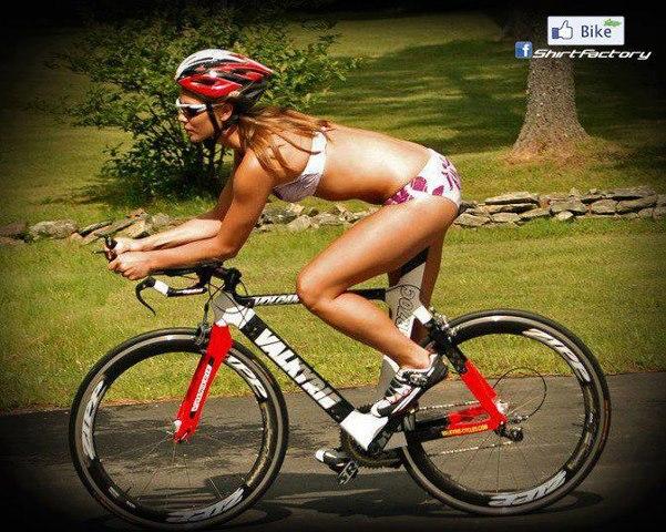частное фото женщин на велосипеде